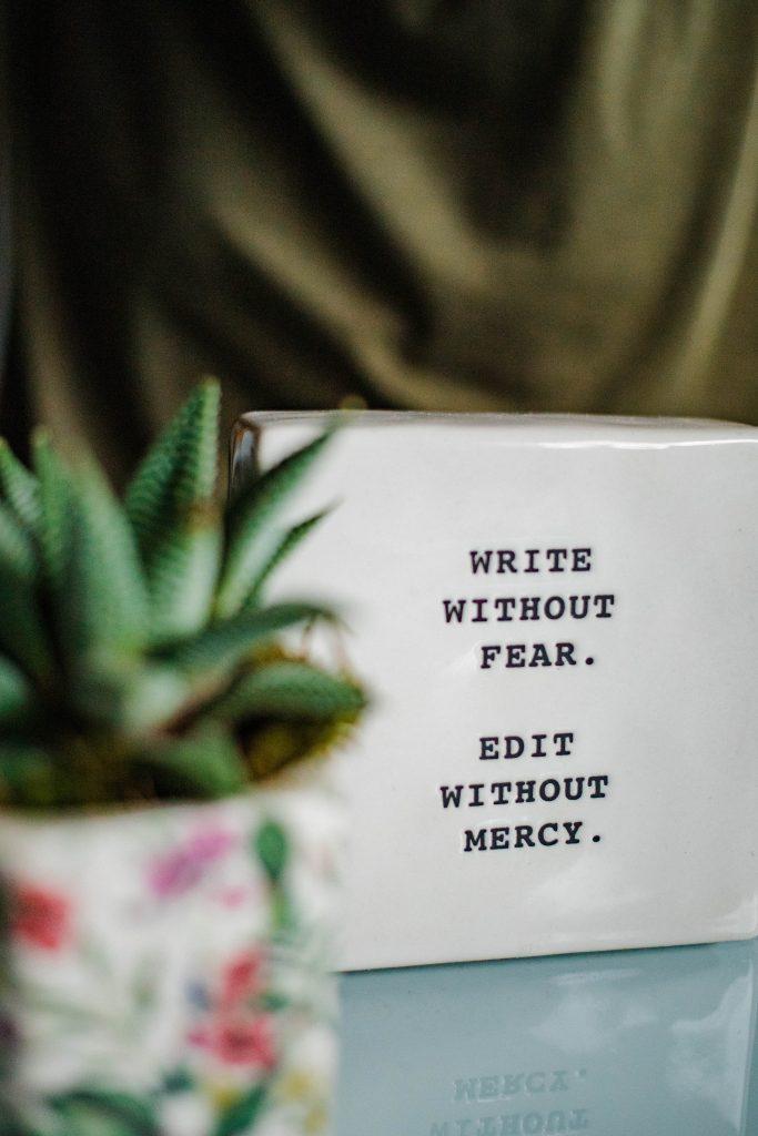 Imagem com frase - write without fear & edit withouot mercy
