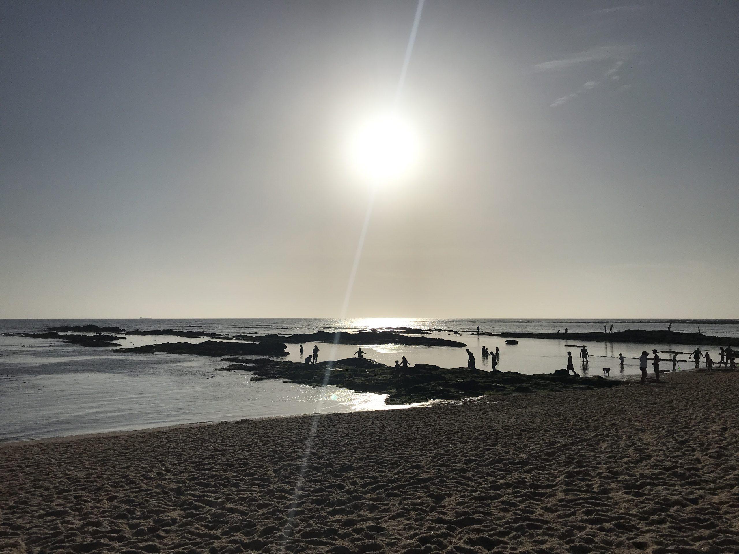 """Imagem do final de tarde em Buarcos, na Figueira da Foz. Na foto podem ver-se os penedos de que falo no texto """"Como partir 1 dedo do pé no 1º dia de férias"""""""